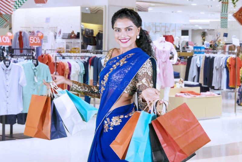 Indiańska kobieta trzyma torby na zakupy w centrum handlowym obraz royalty free