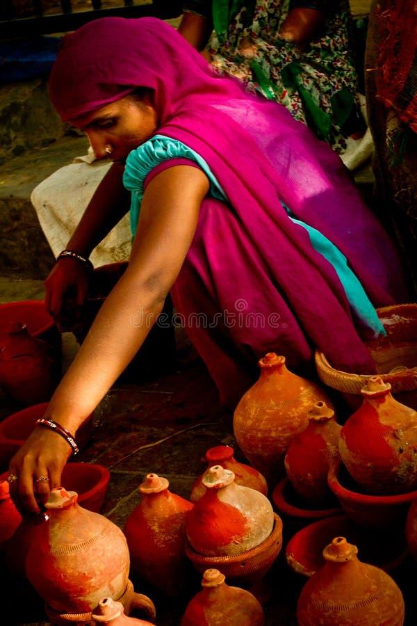 Indiańska kobieta z garnkami Delhi, India zdjęcie royalty free