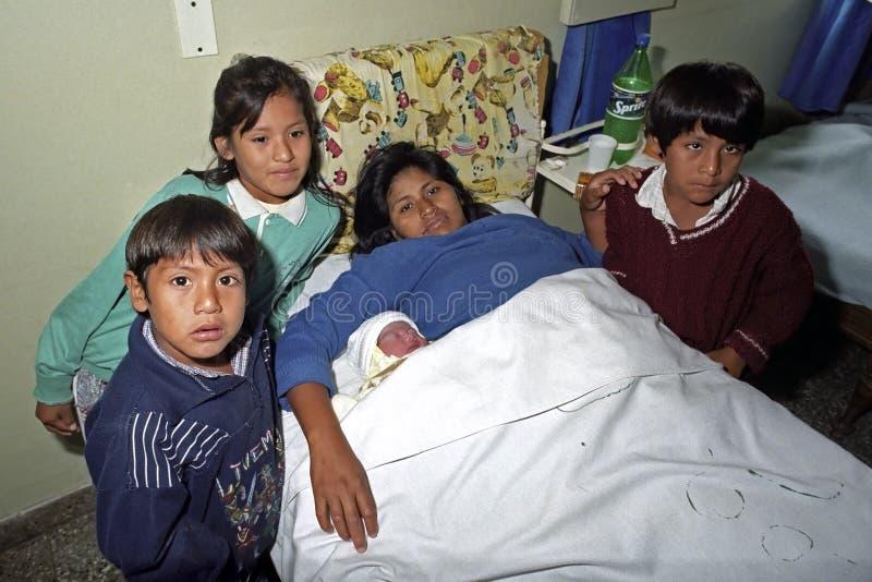 Indiańska kobieta z nowonarodzonym dzieckiem w szpitalu fotografia royalty free