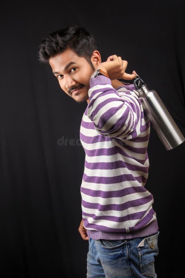 Indiańska mężczyzna woda pitna z butelką fotografia stock