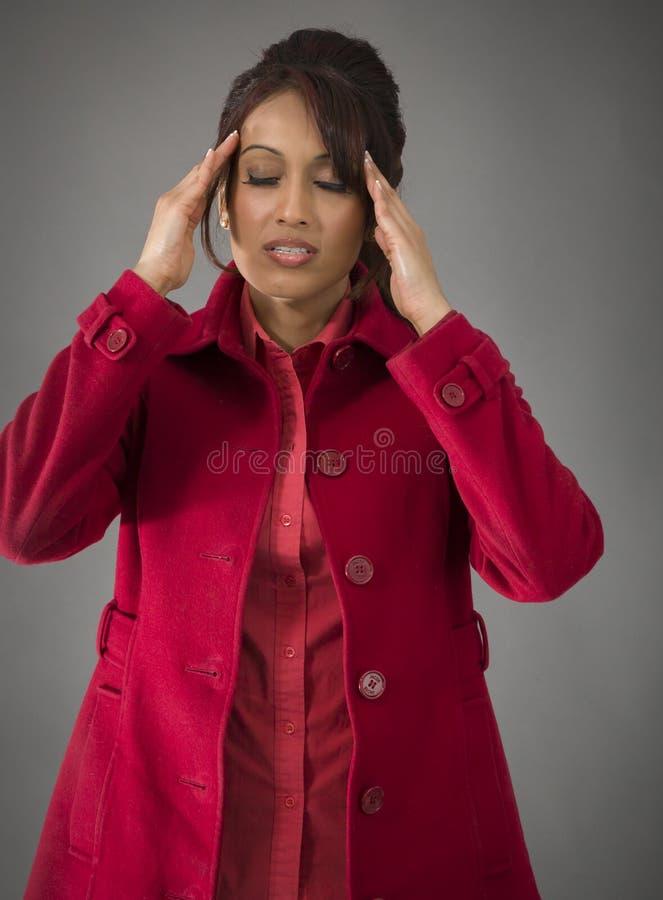 Download Indiańska Młoda Kobieta Dotyka Jej Głowę Na Barwionym Tle Zdjęcie Stock - Obraz złożonej z kontemplacja, etnocentryzm: 41950550