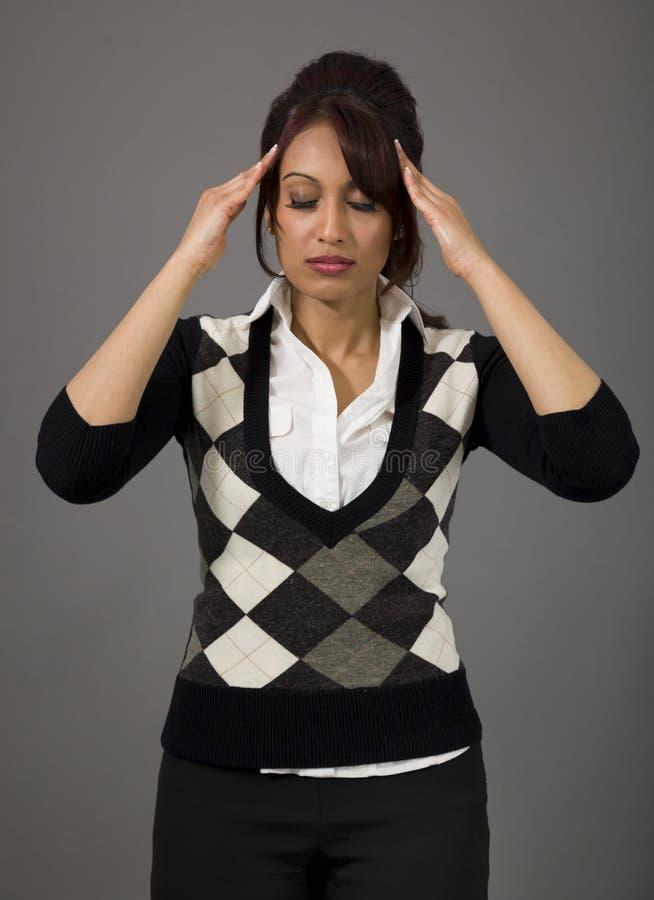 Download Indiańska Młoda Kobieta Dotyka Jej Głowę Na Barwionym Tle Zdjęcie Stock - Obraz złożonej z potomstwa, emocja: 41950744