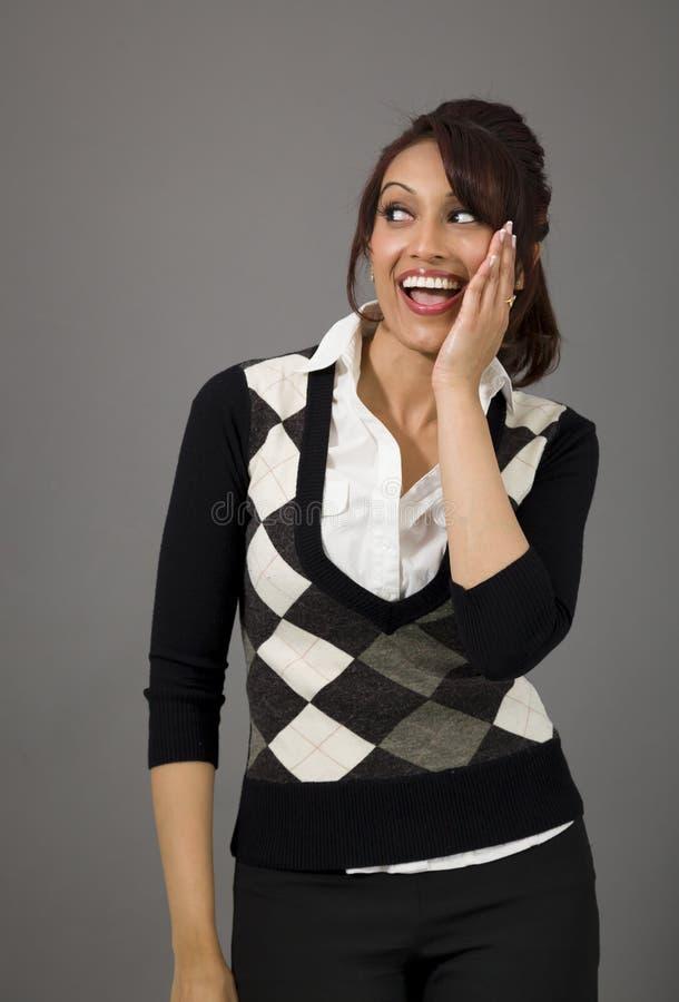 Download Indiańska Młoda Kobieta Szepcze Wiadomość Odizolowywającą Na Barwionym Tle Zdjęcie Stock - Obraz złożonej z gawędzenie, usta: 41950748