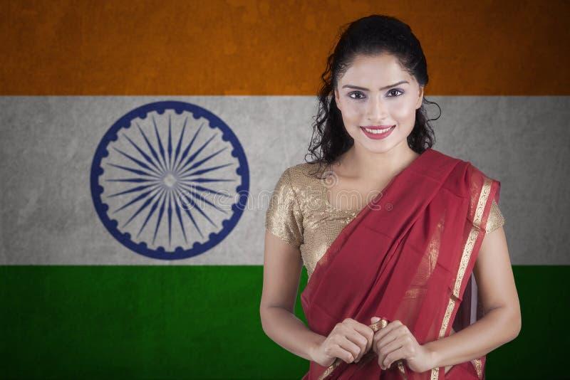 Indiańska młoda kobieta z flaga India fotografia stock