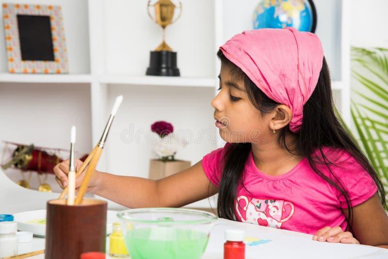 Indiańska mała dziewczyna ruchliwie w rysunku, obraz lub koloryt zdjęcia stock