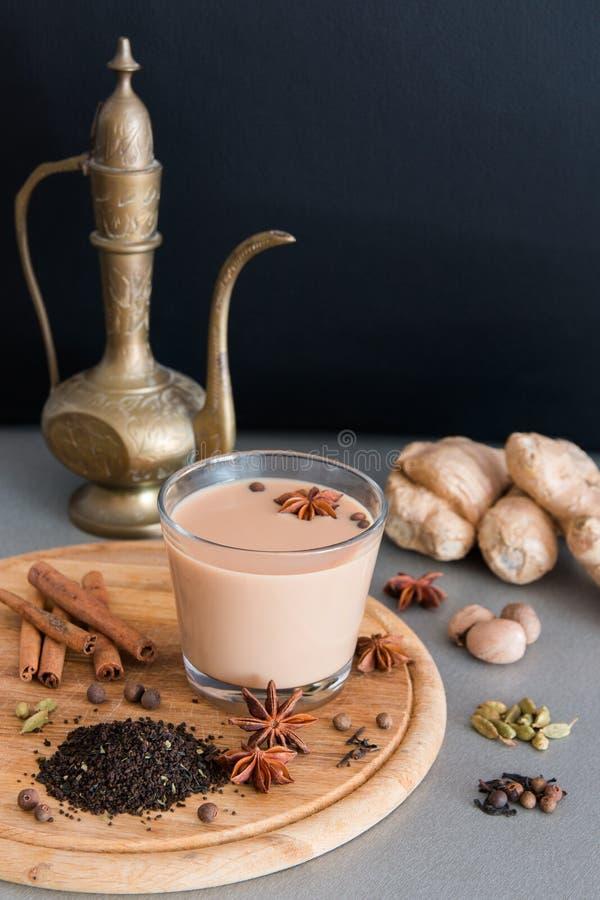 Indiańska masala herbata z różnymi pikantność i starym dzbankiem zdjęcie stock