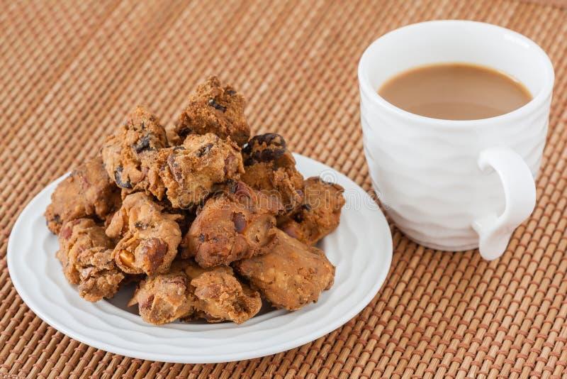 Indiańska pakoda przekąska z kawą obrazy stock