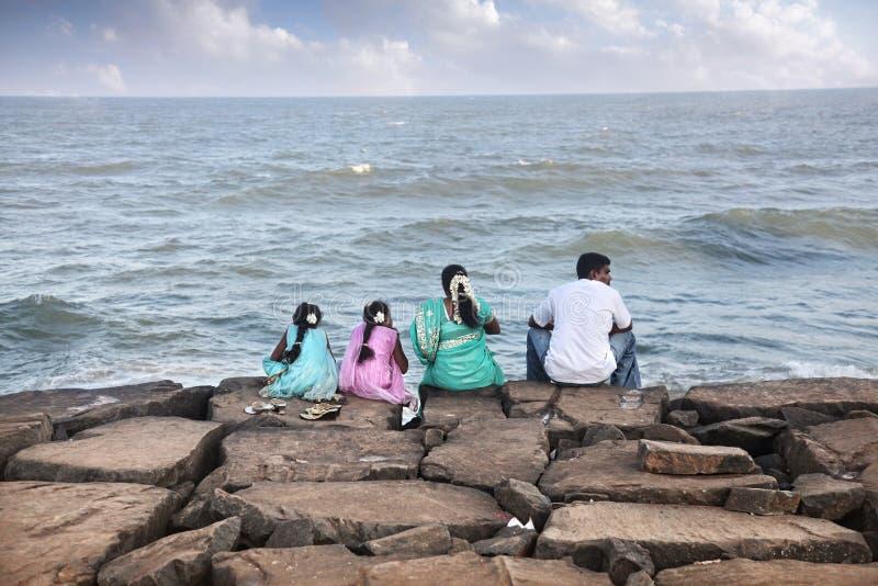 Indiańska rodzina blisko oceanu fotografia stock