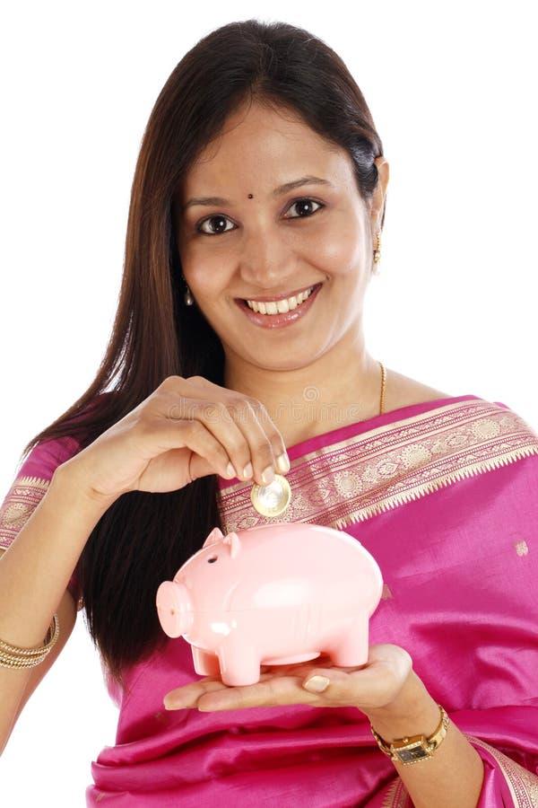 Indiańska tradycyjna kobieta wkłada Indiańską dziesięć rupii monetę obrazy royalty free