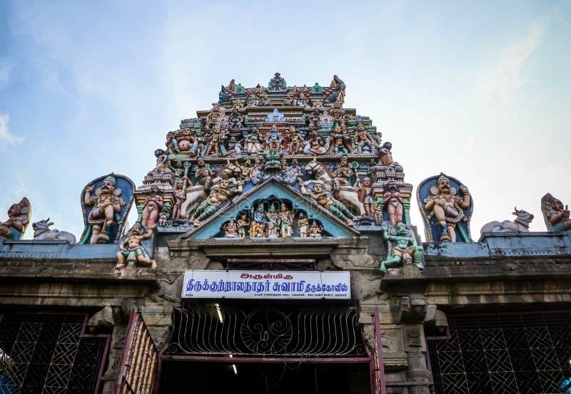 Indiańska tradycyjna stara świątynia z niebieskimi niebami w tle zdjęcia royalty free