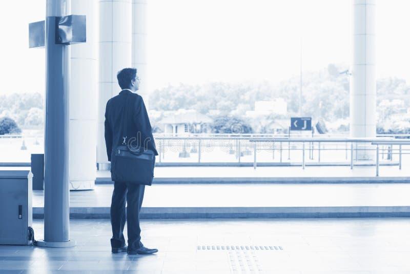 Indiański biznesowego mężczyzna czekania autobus obraz royalty free