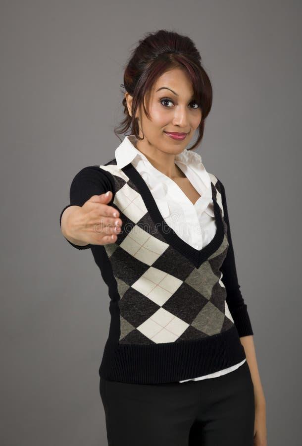 Download Indiański Bizneswoman Daje Ręce Dla Uścisku Dłoni Odizolowywającego Na Barwionym Tle Obraz Stock - Obraz złożonej z barwiony, gesundheit: 41950665