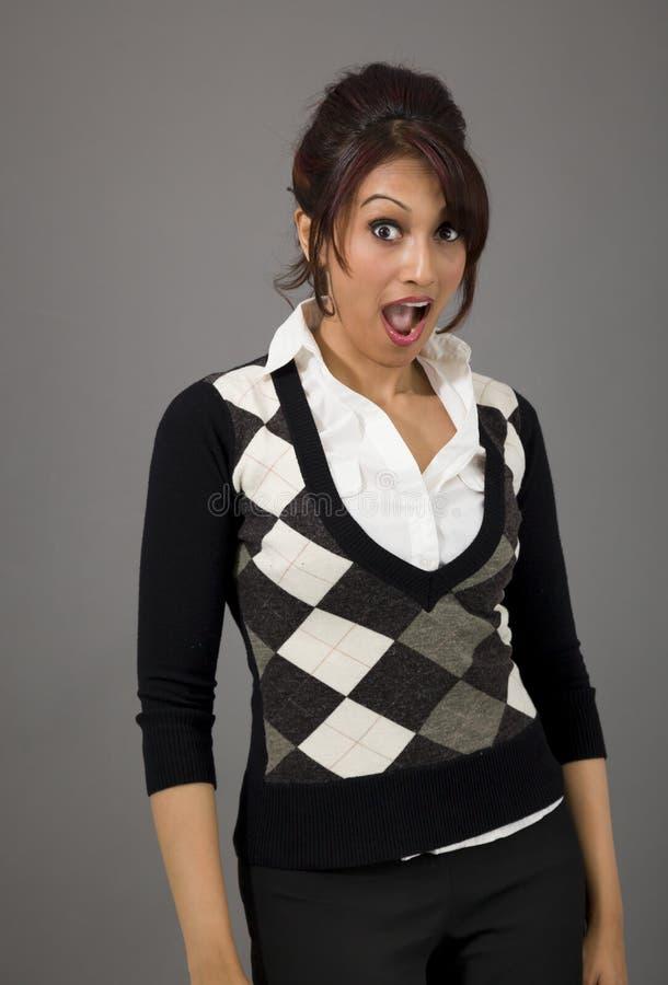 Download Indiański Bizneswoman Patrzeje Szokujący Odosobnionego Na Barwionym Tle Zdjęcie Stock - Obraz złożonej z kierownictwo, korporacyjny: 41950706
