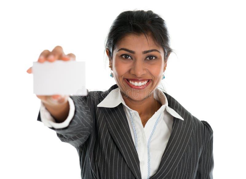 Indiański bizneswoman pokazuje pustą wizytówkę zdjęcie royalty free
