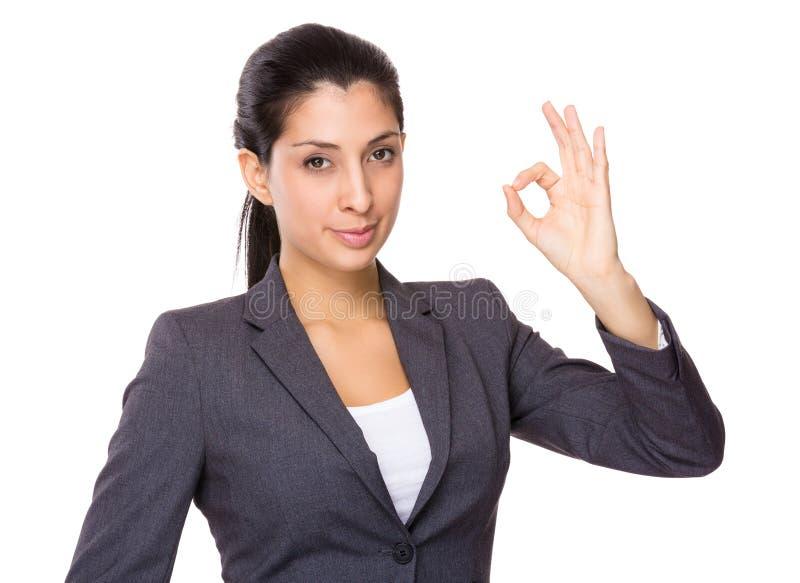 Indiański bizneswoman z ok znaka gestem obraz royalty free