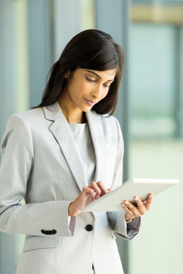 Indiański bizneswomanu pastylki komputer zdjęcia royalty free