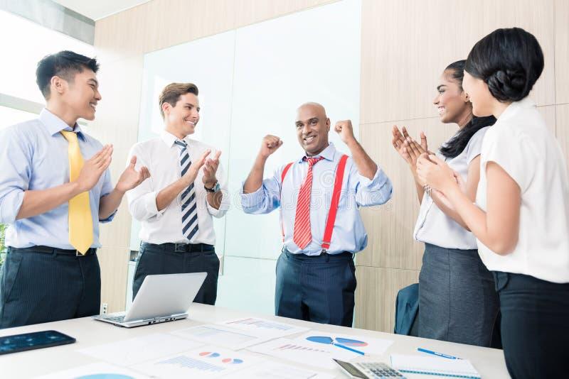 Indiański CEO reportażu sukces w biznesowym spotkaniu zdjęcia stock