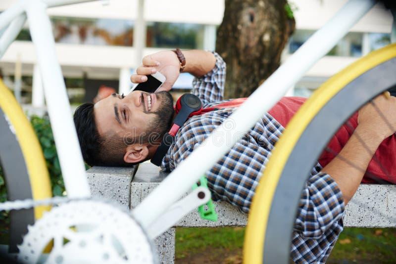 Indiański cyklista Bierze odpoczynek zdjęcia royalty free