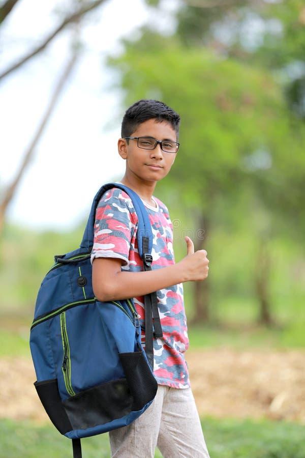 Indiański dziecko na eyeglass z szkolną torbą zdjęcie stock
