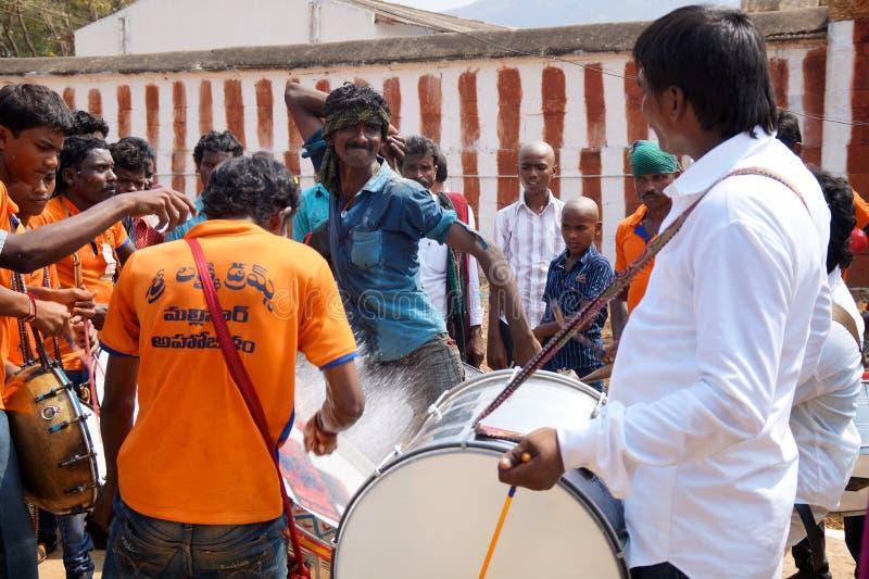 Indiański hinduski mężczyzna taniec podczas świętowania rydwanu festiwal, Ahobilam, India obraz royalty free