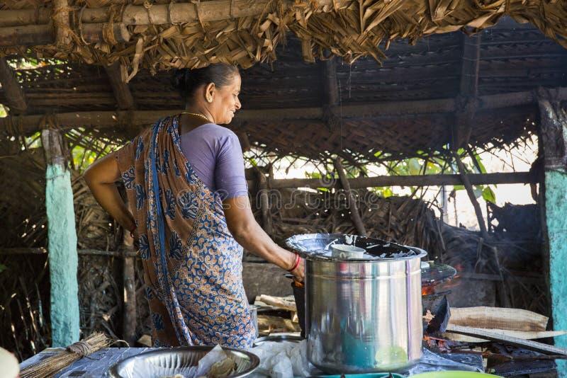 Indiański kobiety narządzania dosa przy kuchnią, Auroville fotografia royalty free