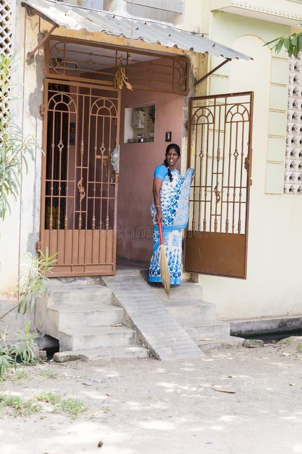 Indiański kobiety obsiadanie na chodniczku przed jej domem obrazy stock
