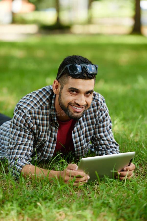 Indiański mężczyzna Bierze odpoczynek przy parkiem fotografia royalty free
