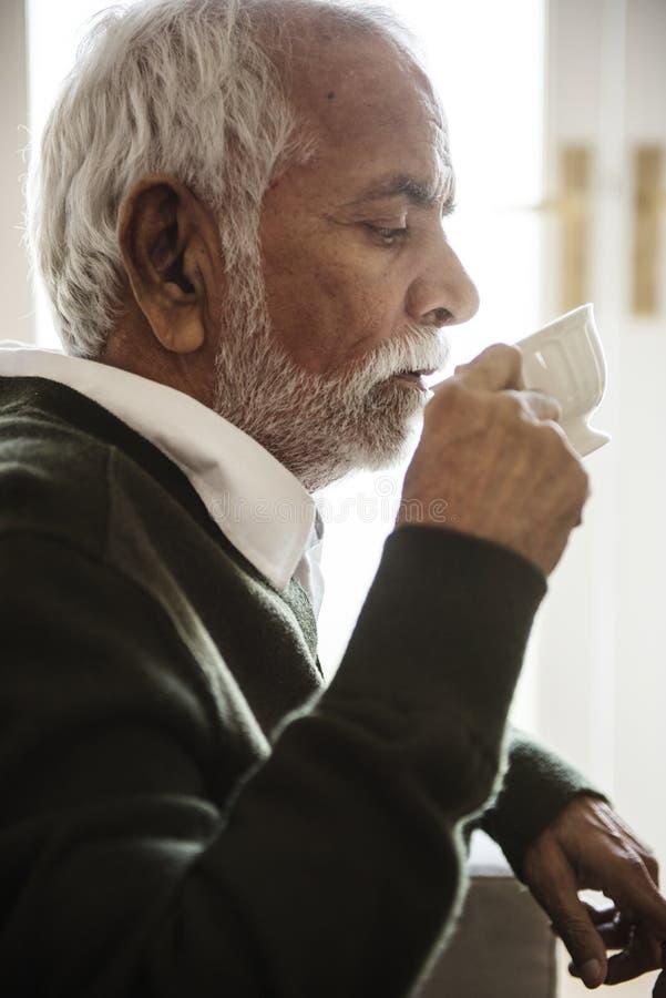 Indiański mężczyzna pije gorącej herbaty w domu obrazy stock