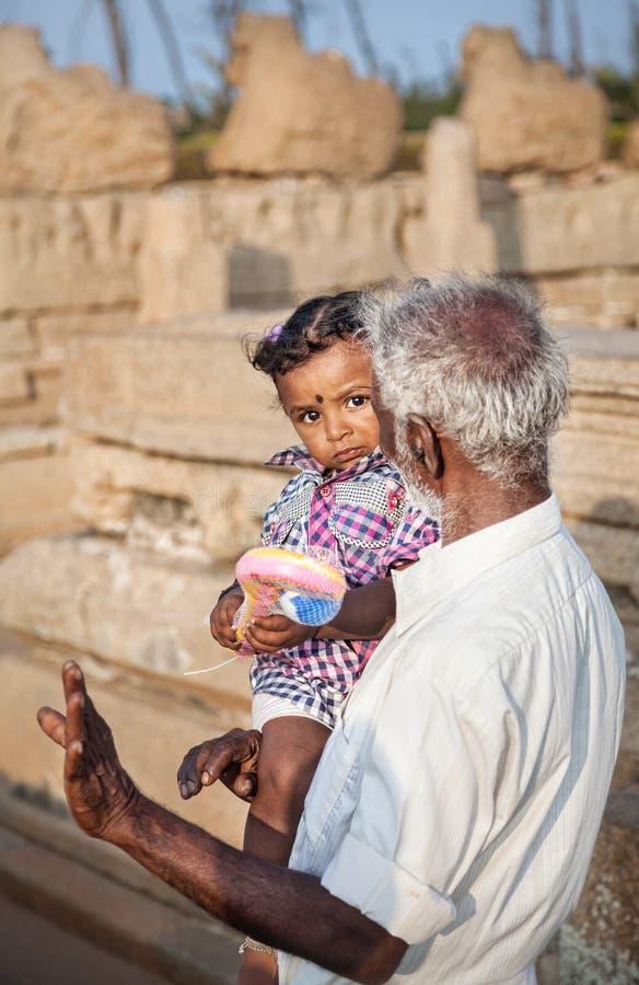 Indiański mężczyzna z małą dziewczynką w India obraz stock