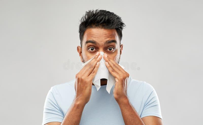 Indiański mężczyzna z papierowej pieluchy podmuchowym nosem zdjęcie stock