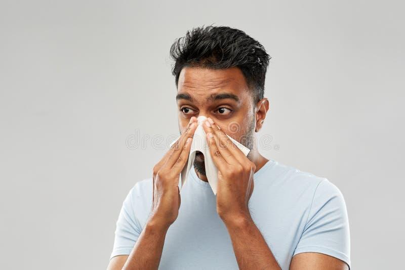Indiański mężczyzna z papierowej pieluchy podmuchowym nosem fotografia royalty free