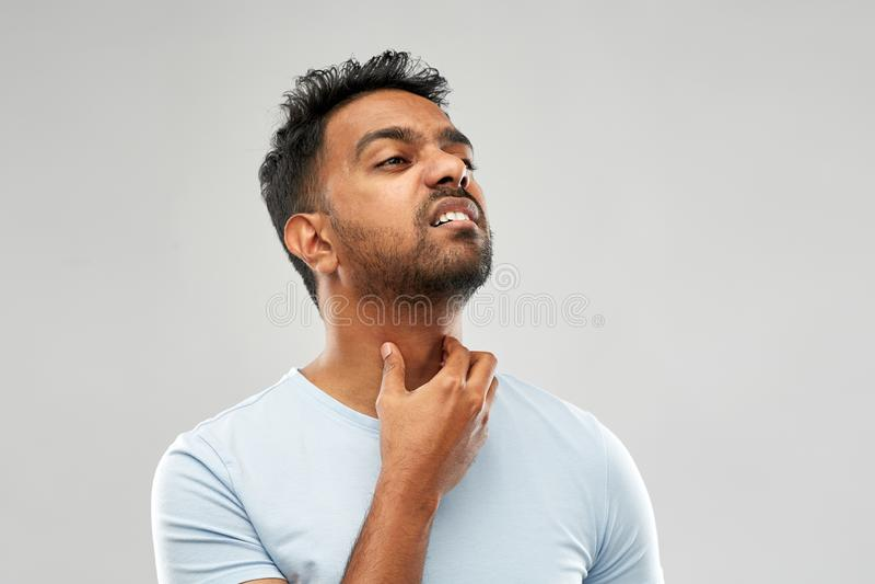 Indiański mężczyzny cierpienie od szyja bólu lub bolesnego gardła fotografia stock