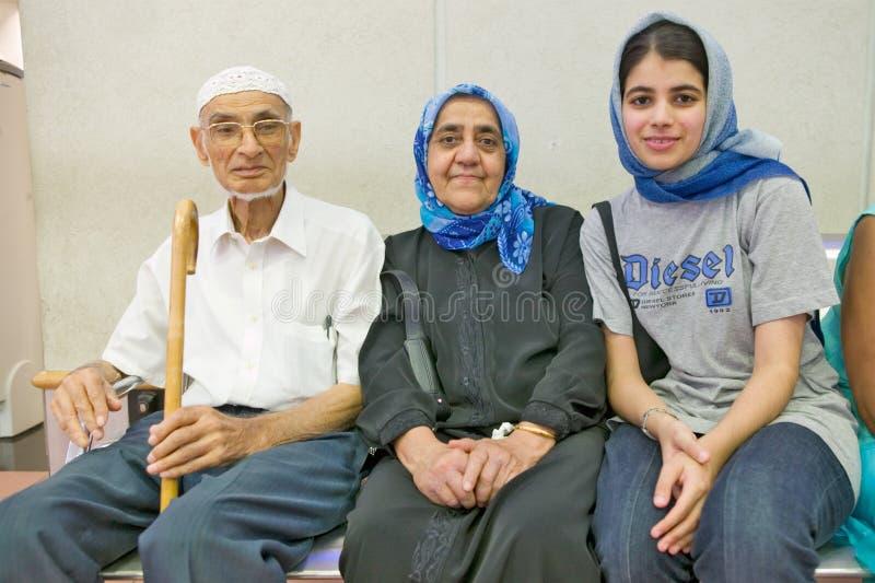 Indiański Muzułmański mężczyzna i kobieta z szalikiem w Durban południe - afrykański lotnisko z ich Muzułmańską wnuczką zdjęcia royalty free