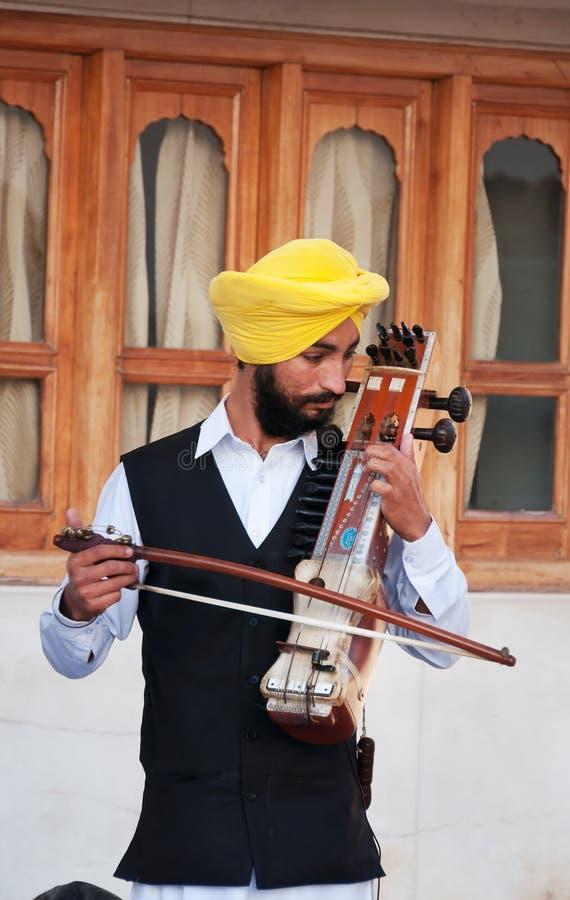 Indiański muzyk bawić się sarangi w Złotej świątyni w Amritsar indu fotografia royalty free