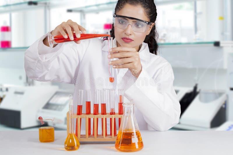 Indiański naukowiec w laboratorium obraz stock