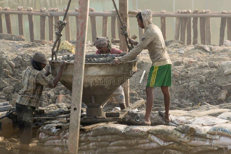 Indiański pracownik dogląda palowanie pracę robić przy miejscem fotografia royalty free