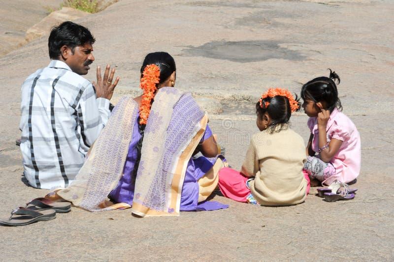 Indiański rodzinny obsiadanie na ziemi zdjęcia royalty free