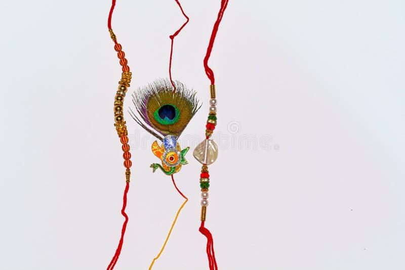 Indiański tradycyjny festiwal Raksha Bandhan, Elegancki Rakhi na białym odosobnionym tle zdjęcia royalty free