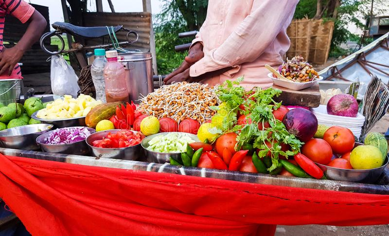 Indiański uliczny karmowy sprzedawca sprzedaje korzennego chickpea Bengal chole gramową miksturę garnirującą z świeżo ciącą cebul obraz stock