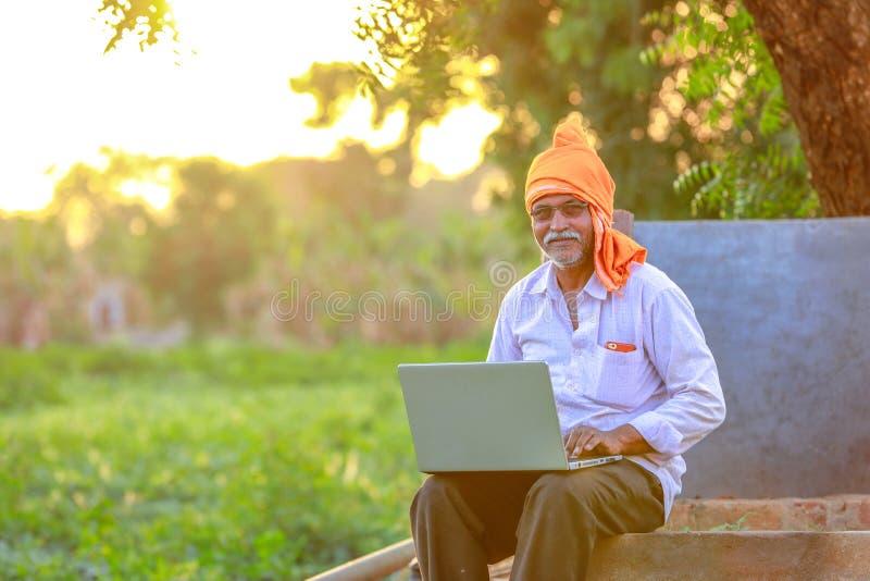 Indiański wiejski średniorolny używa laptop obrazy stock