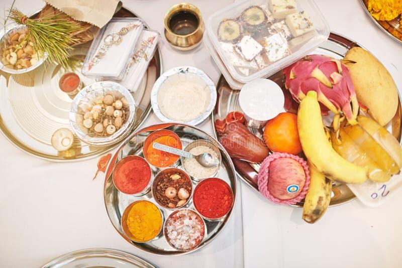 Indiańskie ślubne modlitewne rzeczy dla nicianej ceremonii, pooja Puja, skupiali się na tacy kolor władza zdjęcie stock