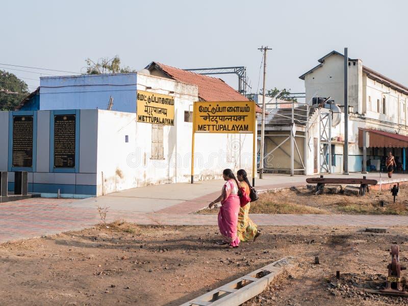 Indiańskie kobiety chodzi blisko dworca fotografia stock