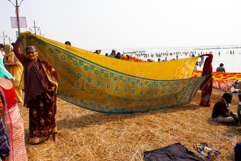 Indiańskie kobiety suszą sari na słońcu obraz stock