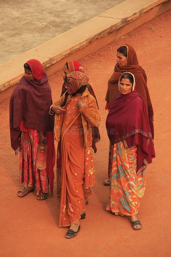 Indiańskie kobiety w kolorowej sari pozyci w podwórzu Safdarjun obrazy royalty free