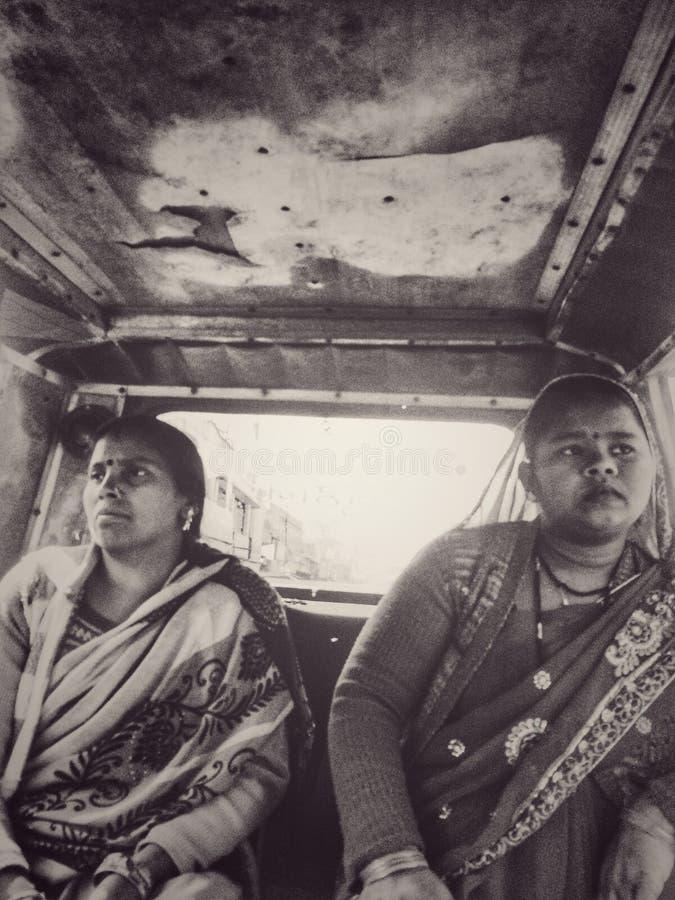 Indiańskie kobiety w taxi obrazy stock