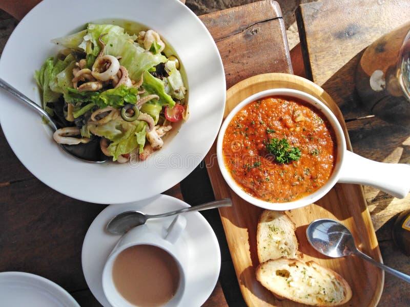 India?skiego kuchni calamari czosnku sa?atkowy chleb z sausse ah bizhyuteriya goa ind indyjski pobliski morze handluje kobiety obraz stock