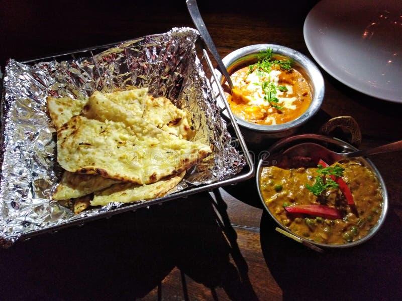 India?skiego kuchnia czosnku serowy naan z sausse ah bizhyuteriya goa ind indyjski pobliski morze handluje kobiety obraz stock