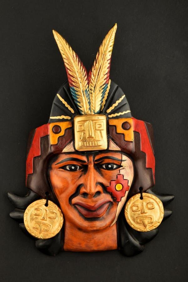 Indiańskiego Majskiego azteka ceramiczna maska z piórkiem na czerni obraz royalty free