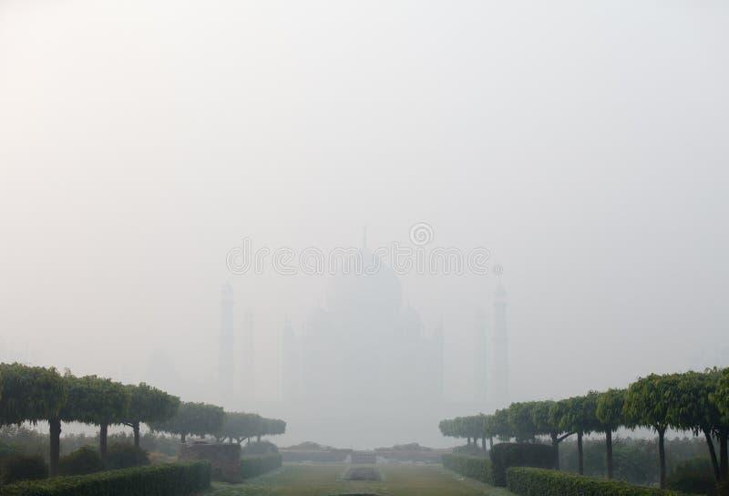 India, Agra, Taj Mahal in dikke mist royalty-vrije stock foto's