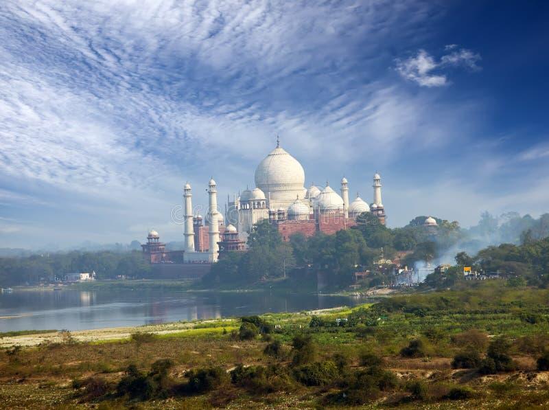 India agra Uma opinião Taj Mahal de uma parede do forte vermelho imagem de stock royalty free
